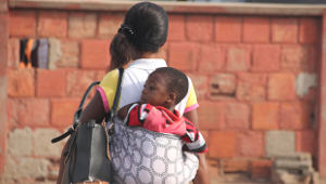 Mother_carrying_baby_on_her_back_in_Accra-Ghana-Africa-1col.jpg