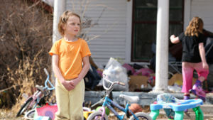 kid-yellow-clothes-messy-yard-1col.jpg