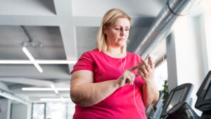 obese-woman-phone-treadmill-1col.jpg